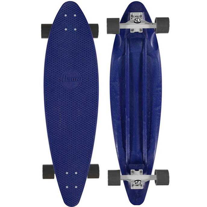 Лонгборд Penny Longboard 36, цвет: синий, черный, 91,4 х 24,5 смMHDR2G/AЛонгборд Penny Longboard 36, оснащенный длинной пластиковой декой, предназначен для детей возраста от 7 лет. Дека обладает естественной упругостью и уникальным прогибом, а рельефная поверхность под соты обеспечивает устойчивое положение. Изделие имеет 4 прочных колеса средней жесткости.Лонгборд - это отдельная ветка развития скейтборда, акцентом которой является скорость, устойчивость, улучшенные ходовые качества доски, в отличие от классического скейтборда, задачей которого является агрессивное, трюковое катание, прыжки с различными комбинациями вращений доски или райдера. Из особенностей лонгборда можно отметить удлиненную колесную базу и деку, более мягкие и увеличенные колеса. Подобная конструкция лонгборда позволяет райдеру развивать большие скорости, чувствовать себя на доске более стабильно, при этом двигаться мягко, практически не замечая мелкие дефекты асфальта.