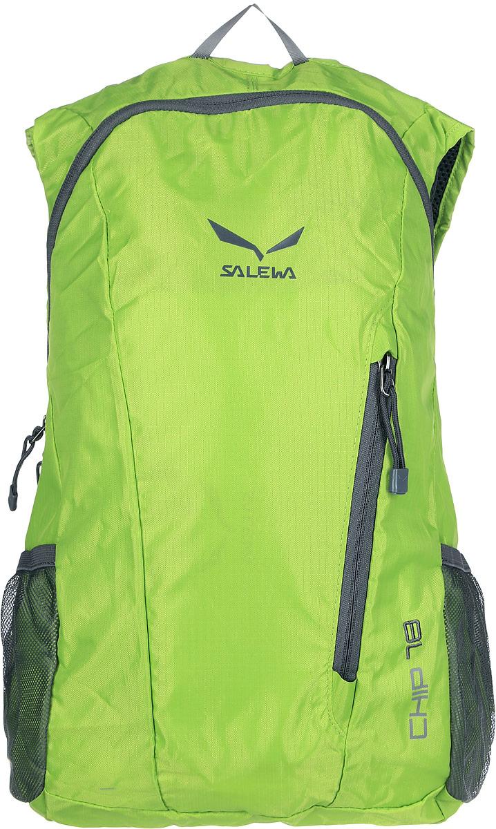 Рюкзак городской Salewa Chip 18, цвет: светло-зеленый, 18 л. 1131_53301131_5330Стильный городской рюкзак Salewa Chip 18 выполнен из полиэстера. Изделие имеет одно основное отделение, которое закрывается на застежку-молнию. Внутри расположен накладной карман для небольшого ноутбука. Снаружи, на передней стенке находится прорезной карман на застежке-молнии, в который рюкзак компактно складывается. По бокам расположены сетчатые карманы на эластичных резинках.Рюкзак оснащен широкими регулирующими лямками и удобной ручкой для переноски в руках. Лямки дополнены регулируемым грудным ремнем. Спинка и внутренняя сторона лямок оснащена сетчатыми вставками, которые обеспечивают воздухопроницаемость и комфорт во время носки. Компактный городской рюкзак идеально подойдет для повседневного использования и активного досуга.