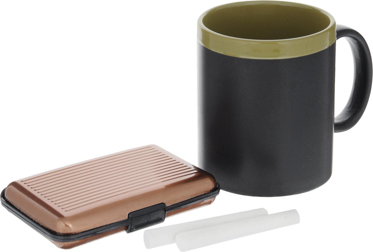 Набор подарочный Феникс-Презент Magic Home: кружка, мелки, визитница, цвет: черный, зеленый, медный41180Подарочный набор Феникс-Презент Magic Home включает в себя кружку с поверхностью, на которой можно писать, визитницу и 2 мелка. Кружка выполнена из высококачественной керамики, визитница из пластика.Визитница оснащена 6 отсеками для визиток и карточек. Закрывается на пластиковую защелку.Такой набор будет отличной находкой для себя или подарком для друга. Объем кружки: 300 мл.Диаметр кружки: 8 см.Высота кружки: 9,7 см.Размер визитницы: 11 х 7,5 х 1,8 см.Длина мелков: 7 см.