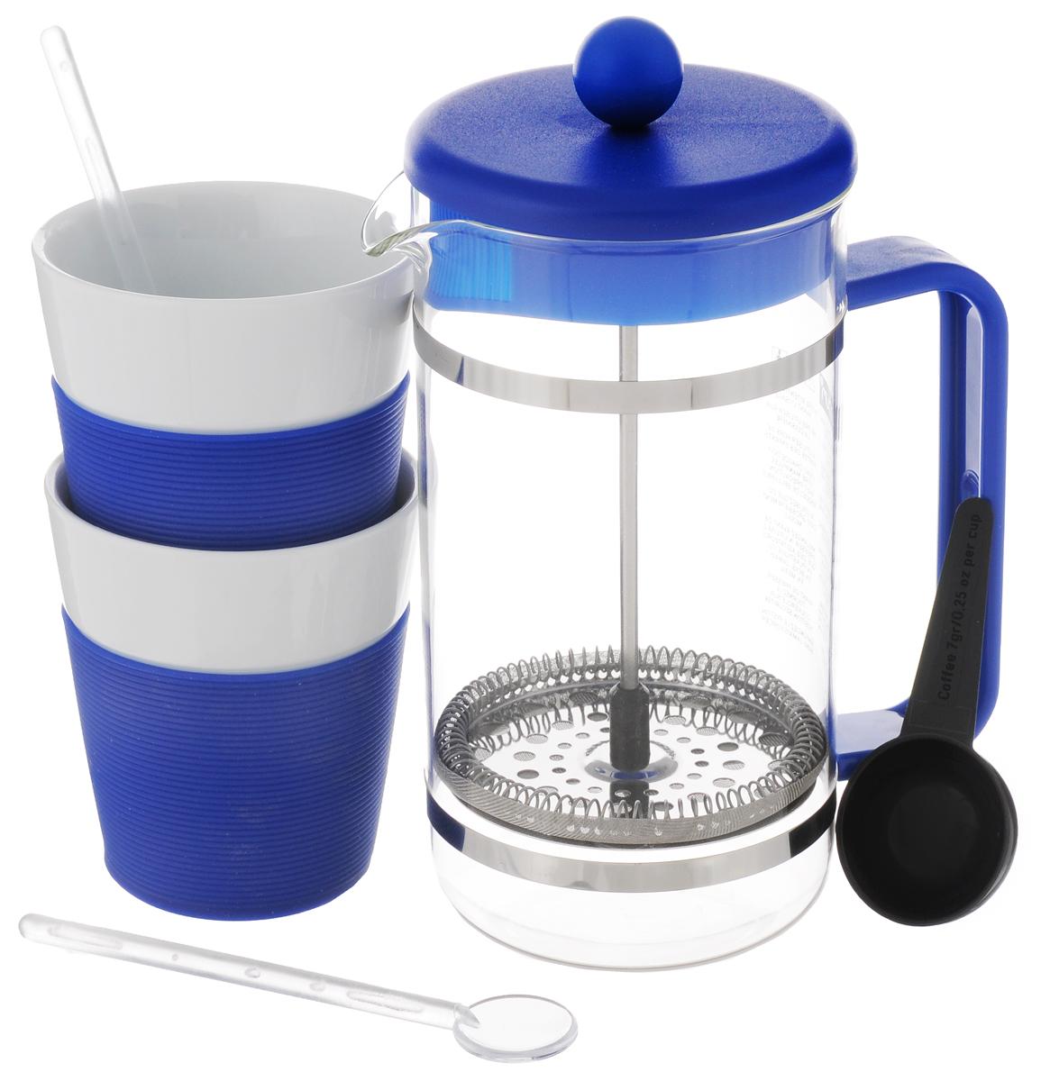 Набор кофейный Bodum Bistro, цвет: синий, белый, 5 предметов. AK1508AK1508-528-Y15Кофейный набор Bodum Bistro состоит из чайника френч-пресса, 2 стаканов и 2 ложек. Френч-пресс выполнен из высококачественного жаропрочного стекла, нержавеющей стали и пластика. Френч-пресс - это заварочный чайник, который поможет быстро приготовить вкусный и ароматный чай или кофе. Металлический нержавеющий фильтр задерживает чайные листочки и частички зерен кофе. Засыпая чайную заварку или кофе под фильтр, заливая горячей водой, вы получаете ароматный напиток с оптимальной крепостью и насыщенностью. Остановить процесс заваривания легко, для этого нужно просто опустить поршень, и все уйдет вниз, оставляя сверху напиток, готовый к употреблению. Для френч-пресса предусмотрена специальная пластиковая ложечка. Элегантные стаканы выполнены из высококачественного фарфора и оснащены резиновой вставкой, защищающей ваши руки от высоких температур. В комплекте - 2 мерные ложечки, выполненные из пластика. Яркий и стильный набор украсит стол к чаепитию и станет чудесным подарком к любому случаю. Изделия можно мыть в посудомоечной машине.Объем френч-пресса: 1 л. Диаметр френч-пресса (по верхнему краю): 10 см. Высота френч-пресса: 21,5 см. Объем стакана: 300 мл. Диаметр стакана по верхнему краю: 8,5 см. Высота стакана: 10 см. Длина глубокой ложечки: 10 см.Длина ложечек: 14 см.