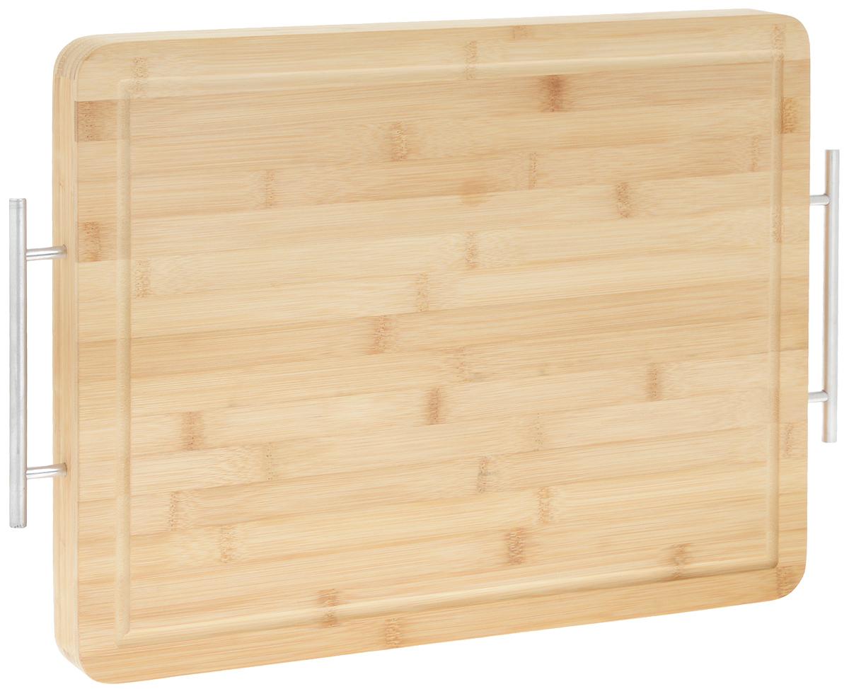 Доска разделочная Kesper, с ручками, 51 х 35 х 4 см115510Разделочная доска Kesper, изготовленная из натурального бамбука, оснащена двумя металлическими ручками. Благодаря большому размеру на ней удобно разделывать большое количество продуктов. По краю изделия предусмотрена канавка, благодаря которой сок от продуктов не попадает при резке на столешницу. Функциональная и простая в использовании разделочная доска Kesper отлично впишется практически в любой интерьер кухни и прослужит вам долгие годы.Не рекомендуется мыть в посудомоечной машине.Размер доски (с учетом ручек): 51 х 35 х 4 см.Размер доски (по верхнему краю): 45 х 35 см.