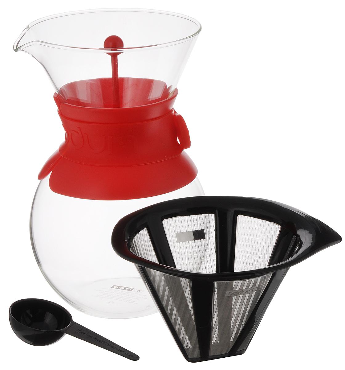 Кофейник Bodum Pour Over, с фильтром и мерной ложкой, цвет: прозрачный, красный, 1 л391602Кофейник с фильтром Bodum Pour Over предназначен для заваривания кофе. Изделие изготовлено из боросиликатного термостойкого стекла, снабжено специальной пластиковой вставкой с силиконовым ремешком, чтобы не обжечь руки. Фильтр выполнен из пластика с сеткой из коррозионностойкой стали. Кофейник очень прост в использовании. Заполните воронку молотым кофе, предназначенным для приготовления капельным способом. Медленно вливайте горячую воду, дайте воде просочиться сквозь кофе, готовый кофе будет капать в емкость. В комплекте предусмотрена специальная мерная ложечка на 7 грамм кофе. Диаметр емкости (по верхнему краю): 12 см. Высота емкости (без учета крышки): 21 см. Размер фильтра: 17 х 13,5 х 10 см.Длина ложки: 10 см.
