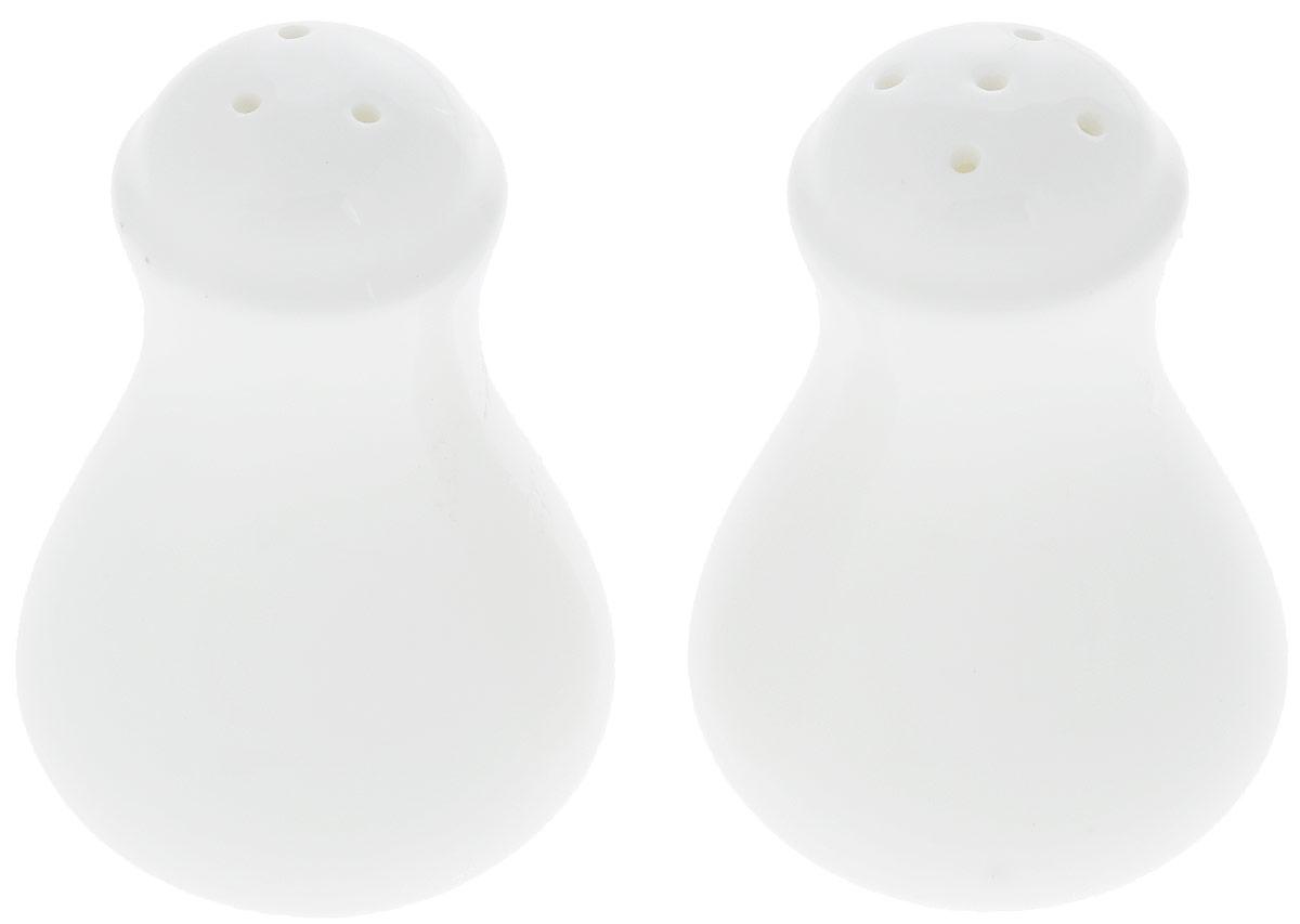 Набор для специй Wilmax, 2 предмета. WL-996066 / SP4630003364517Набор для специй Wilmax состоит из солонки и перечницы. Изделия выполнены из высококачественного фарфора, покрытого глазурью. Такой набор для специй пригодится в любом хозяйстве, он функционален, практичен и легок в уходе. Диаметр емкости по верхнему краю: 3 см.Диаметр емкости по нижнему краю: 5 см.Высота: 8 см.