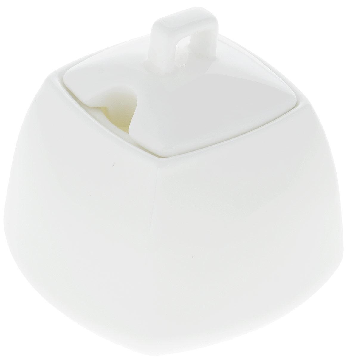 Сахарница Wilmax, 340 мл. WL-995026 / 1C115510Сахарница Wilmax выполнена из высококачественного фарфора с глазурованным покрытием.Изделие имеет элегантную форму и может использоваться в качестве креманки.Сахарница Wilmax станет отличным дополнением к сервировке семейного стола и замечательным подарком для ваших родных и друзей.Можно мыть в посудомоечной машине и использовать в микроволновой печи. Размер (по верхнему краю): 5,5 х 5,5 см. Высота (без учета крышки): 7 см.