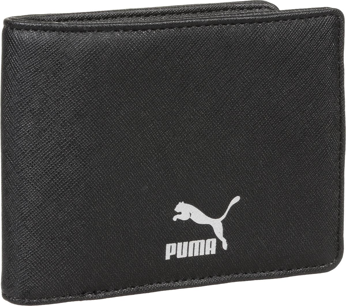 Бумажник Puma Originals Billfold Wallet, цвет: черный. 07437101BM8434-58AEБумажник имеет несколько отделений для банкнот и кредитных карт, функциональную подкладку из полиэстера с тематическим набивным рисунком по всех поверхности, тисненый логотип Puma внутри и металлический серебристый логотип Puma спереди.