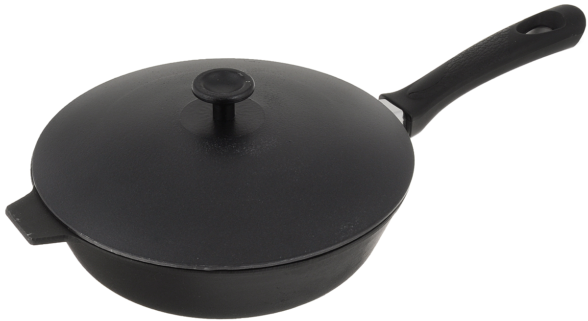 Сковорода чугунная Добрыня с крышкой. Диаметр 24 см. DO-331654 009312Сковорода Добрыня изготовлена из натурального, экологически безопасного чугуна. Чугун является одним из лучших материалов для производства посуды. Он очень практичный, не выделяет токсичных веществ, обладает высокой теплоемкостью и способен служить долгие годы. Чугунные сковороды очень прочные и при этом обладают превосходными природными антипригарными свойствами. Они не боятся механических повреждений, царапин или высоких температур, однако тяжелее обычных и не очень любят длительный контакт с водой. Чугун очень долго сохраняет высокую температуру и способствует равномерному прожариванию даже достаточно крупных кусков мяса или птицы. При этом антипригарные свойства чугунной посуды не дают продуктам пригореть и испортить их замечательный вкус. Сковорода имеет длинную пластиковую ручку с рельефной вставкой, а также алюминиевую крышку. Чугунные сковороды были популярными сотни лет и до сих пор остаются такими. Свое качество и уникальные свойства они подтверждают в деле. Сковорода подходит для всех типов плит, включая индукционные. Сковороду мыть только вручную. Высота стенки: 6,5 см.Длина ручки: 19 см.