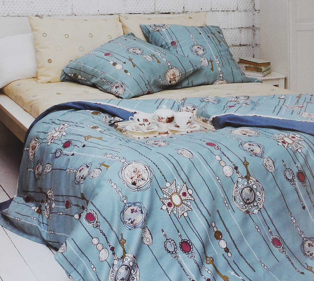 Комплект белья Tiffanys Secret, 1,5-спальный, наволочки 50х70, цвет: бирюзовый, белый, бежевый80621Комплект постельного белья Tiffanys Secret является экологически безопасным для всей семьи, так как выполнен из сатина (100% хлопок). Комплект состоит из пододеяльника, простыни и двух наволочек. Предметы комплекта оформлены оригинальным рисунком.Благодаря такому комплекту постельного белья вы сможете создать атмосферу уюта и комфорта в вашей спальне.Сатин - это ткань, навсегда покорившая сердца человечества. Ценившие роскошь персы называли ее атлас, а искушенные в прекрасном французы - сатин. Секрет высококачественного сатина в безупречности всего технологического процесса. Эту благородную ткань делают только из отборной натуральной пряжи, которую получают из самого лучшего тонковолокнистого хлопка. Благодаря использованию самой тонкой хлопковой нити получается необычайно мягкое и нежное полотно. Сатиновое постельное белье превращает жаркие летние ночи в прохладные и освежающие, а холодные зимние - в теплые и согревающие. Сатин очень приятен на ощупь, постельное белье из него долговечно, выдерживает более 300 стирок, и лишь спустя долгое время материал начинает немного тускнеть. Оцените все достоинства постельного белья из сатина, выбирая самое лучшее для себя!
