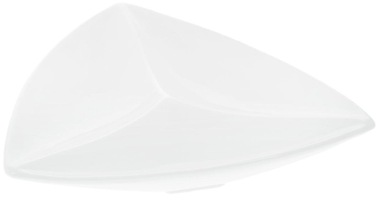 Менажница Wilmax, 3 секции, 24 х 24 см115510Менажница Wilmax изготовлена из высококачественного фарфора с глазурованным покрытием. Материал легкий, тонкий, свет без труда проникает сквозь изделие. Посуда имеет роскошную белизну, гладкость и блеск достигаются за счет особой рецептуры глазури. Изделие обладает низкой водопоглощаемостью, высокой термостойкостью и ударопрочностью, а также экологичностью. Посуда долговечна и рассчитана на постоянное интенсивное использование. Гладкая непористая поверхность исключает проникновение бактерий, изделие не будет впитывать посторонние запахи и сохранит первоначальный цвет. Менажница треугольной формы прекрасно подойдет для подачи различных закусок, нарезок, сладостей, фруктов. Она оснащена 3 секциями для подачи сразу нескольких видов закусок. Изделие украсит ваш праздничный или обеденный стол, а оригинальный дизайн придется по вкусу и ценителям классики, и тем, кто предпочитает утонченность и изысканность.Можно мыть в посудомоечной машине и использовать в микроволновой печи. Размер секции: 24 х 9 см.