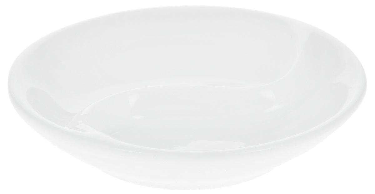 Блюдце для соуса Wilmax, двойное, диаметр 9 см54 009312Блюдце для соуса Wilmax изготовлено из высококачественного глазурованного фарфора. Материал легкий, тонкий, свет без труда проникает сквозь изделие. Имеет роскошную белизну, гладкость и блеск достигаются за счет особой рецептуры глазури. Изделие обладает низкой водопоглощаемостью, высокой термостойкостью и ударопрочностью, а также экологичностью. Гладкая непористая поверхность исключает проникновение бактерий, изделие не будет впитывать посторонние запахи и сохранит первоначальный цвет. Блюдце предназначено для подачи соусов, имеет две секции. Блюдце для соуса отлично подойдет как для повседневной жизни, так и для праздничного стола. Диаметр: 9 см. Высота: 2 см.
