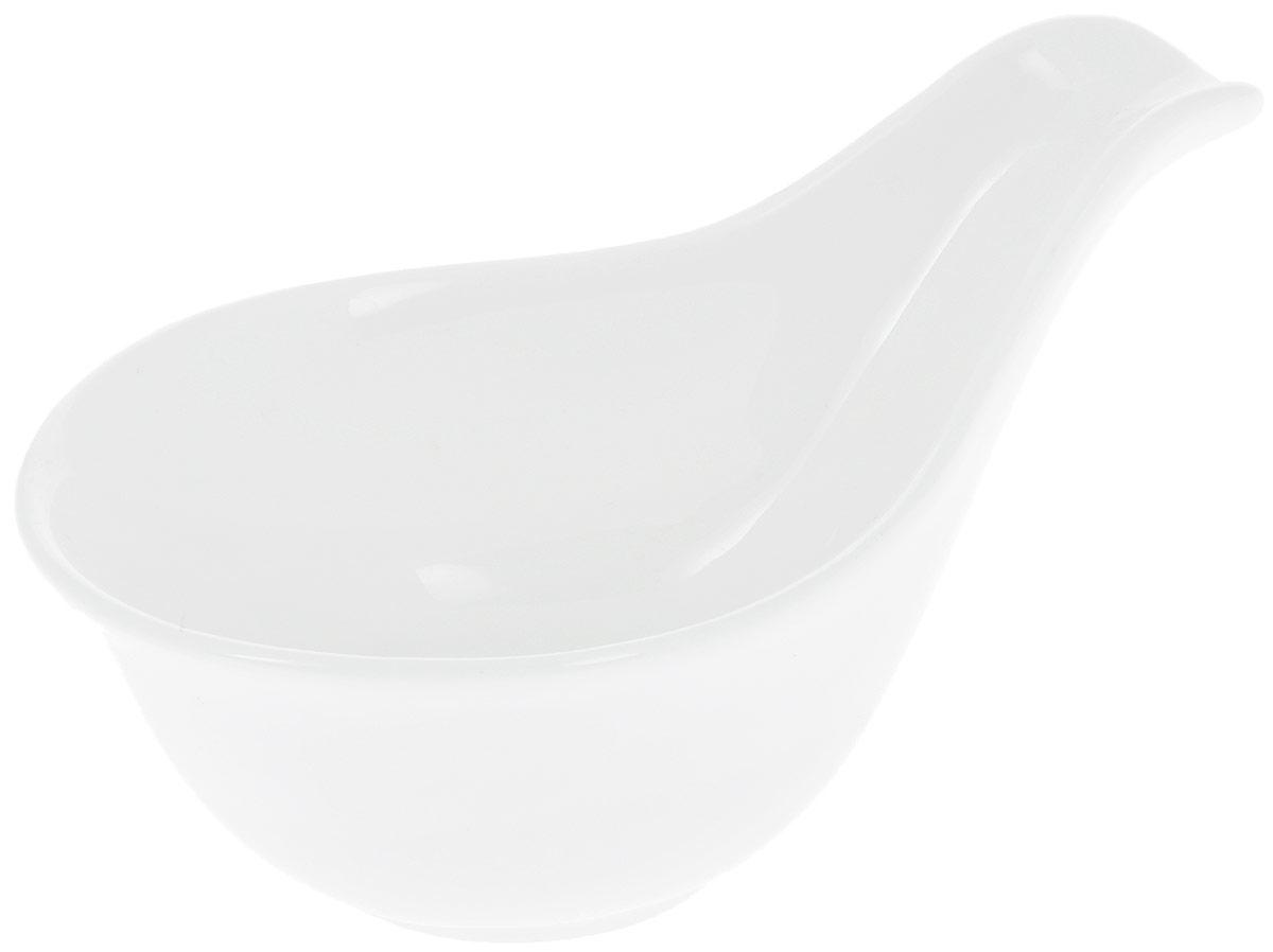 Соусник Wilmax, 12,5 х 7,5 х 6 смFS-91909Соусник Wilmax изготовлен из высококачественного фарфора с глазурованным покрытием. Материал легкий, тонкий, свет без труда проникает сквозь изделие. Посуда имеет роскошную белизну, гладкость и блеск достигаются за счет особой рецептуры глазури. Изделие обладает низкой водопоглощаемостью, высокой термостойкостью и ударопрочностью, а также экологичностью. Посуда долговечна и рассчитана на постоянное интенсивное использование. Гладкая непористая поверхность исключает проникновение бактерий, изделие не будет впитывать посторонние запахи и сохранит первоначальный цвет. Такой соусник идеален для сервировки соусов, специальный носик очень удобен для добавления соуса. Изделие украсит ваш праздничный или обеденный стол, а оригинальный дизайн придется по вкусу и ценителям классики, и тем, кто предпочитает утонченность и изысканность.