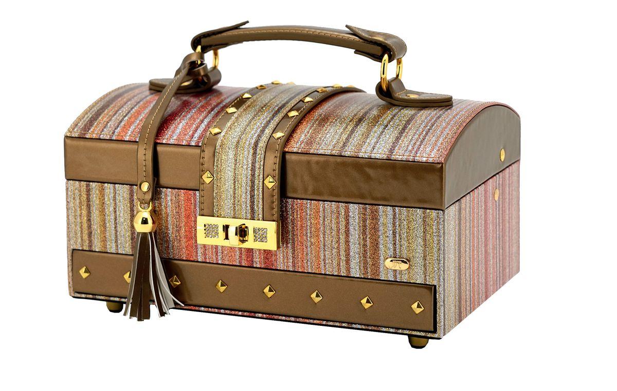Шкатулка для украшений Jardin DEte, цвет: бронзовый, золотистый, 24,8 х 16 х 12,5 смP6094Шкатулка для украшений от Jardin DEte станет великолепным презентом для любой женщины. Удобное хранение украшений и стильный дизайн - вот абсолютные плюсы данного аксессуара. Ящики в шкатулке расположены в три яруса, и в них Вы сможете разместить все свои драгоценности.Внешняя отделка выполнена из качественной искусственной кожи. С внутренней стороны крышки находится небольшое зеркало. С внешней стороны есть удобная и надежная ручка. К ручке прикреплена симпатичная кожаная кисточка. Бронзово-золотистое мерцание сундучка будет радовать глаз долгое время.