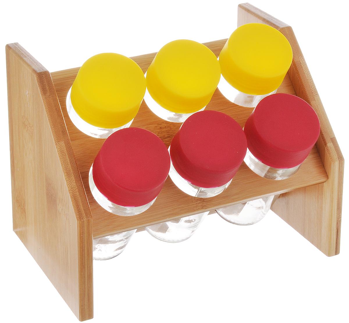 Набор для специй Mayer&Boch, цвет: желтый, малиновый, 7 предметовVT-1520(SR)Набор для специй Mayer & Boch включает 6 баночек для специй, расположенных на бамбуковой подставке, благодаря чему емкости не потеряются и всегда будут у вас под рукой. Емкости выполнены из высококачественного стекла и снабжены цветными пластиковыми крышками. Герметичное закрытие обеспечивает самое лучшее хранение. Баночки можно наполнять любыми используемыми вами специями.Модный, элегантный и яркий дизайн набора украсит интерьер вашей кухни. Наслаждайтесь приготовлением пищи с вашим набором баночек для специй. Объем баночки: 100 мл. Размер баночки: 4 х 4 х 10 см. Размер подставки: 18 х 14 х 13 см.