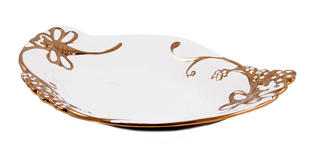 Блюдо декоративное Русские Подарки, диаметр 35 см. 11410854 009312Декоративное блюдо Русские Подарки, изготовленное из керамики, прекрасно подойдет для подачи нарезок, закусок и других блюд. Изделие украсит сервировку вашего стола и подчеркнет прекрасный вкус хозяйки. Не рекомендуется применять абразивные моющие средства. Не использовать в микроволновой печи. Размер блюда: 35 х 26 см.