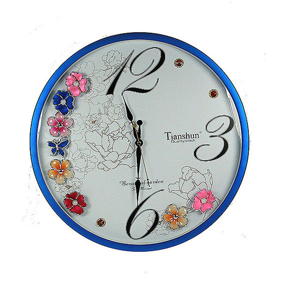 Часы настенные Русские Подарки, диаметр 48 см. 14811594672Настенные кварцевые часы Русские Подарки изготовлены из пластика. Циферблат защищен стеклом. Корпус оформлен цветами и стразами. Часы имеют три стрелки - часовую, минутную и секундную. С обратной стороны имеетсяпетелька для подвешивания на стену.Изящные часы красиво и оригинально оформят интерьер дома или офиса. Также часы могут стать уникальным, полезным подарком для родственников, коллег, знакомых и близких.Часы работают от батареек типа АА (в комплект не входят).