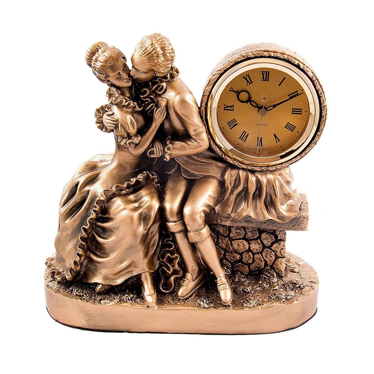 Часы настольные Русские Подарки Влюбленные, 29 х 15 х 29 см. 5933259332Настольные часы Русские подарки Влюбленные - очень оригинальные и стильные настольные часы. Корпус выполнен из полистоуна. Они прекрасно впишутся практически в любой интерьер и станут превосходным украшением вашей комнаты. Это красивый и практичный подарок на любое торжество для родных и близких.