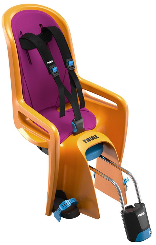 Кресло велосипедное детское Thule Ride Along, цвет: оранжевый100108Thule RideAlong - классическая модель безопасного и легкого в использовании детского велосипедного сиденья для крепления сзади подарит вам новые впечатления от ежедневных прогулок и семейных поездок на велосипеде. Мягкие ремни безопасности с надежным регулируемым креплением обеспечивают максимальный комфорт ребенка.Система крепления DualBeam смягчает удары от неровностей дороги, обеспечивая комфорт ребенка во время поездки.Отклонение до 20° одной рукой, 5 различных позиций.Регулируемые одной рукой ремни и подставки для ног обеспечивают комфорт ребенку; рассчитаны на детей разного возраста.Универсальная быстросъемная опора позволяет устанавливать и снимать сидение с велосипеда за считанные секунды. Кроме того, она совместима с большинством велосипедных рам (с круглыми рамами диаметром 27,2-40 мм и овальным рамами до 40 x 55 мм).Ремень с большими кнопками, оснащенный защитой от детей, обеспечит безопасность вашего ребенка.Съемная водонепроницаемая прокладка подходит для машинной стирки; прокладка двусторонняя, две стороны оформлены разным цветом.Встроенный рефлектор и точка крепления со световым индикаторов обеспечивают дополнительную видимость.Запирается при помощи системы Thule One-Key System, использующей один ключ (фиксатор (замок) включен в комплект поставки).Разработано и протестировано для детей от 9 месяцев* до 6 лет, весом до 22 кг. (*Обратитесь к педиатру, если ребенку менее 1 года).Соответствует международным стандартам безопасности.