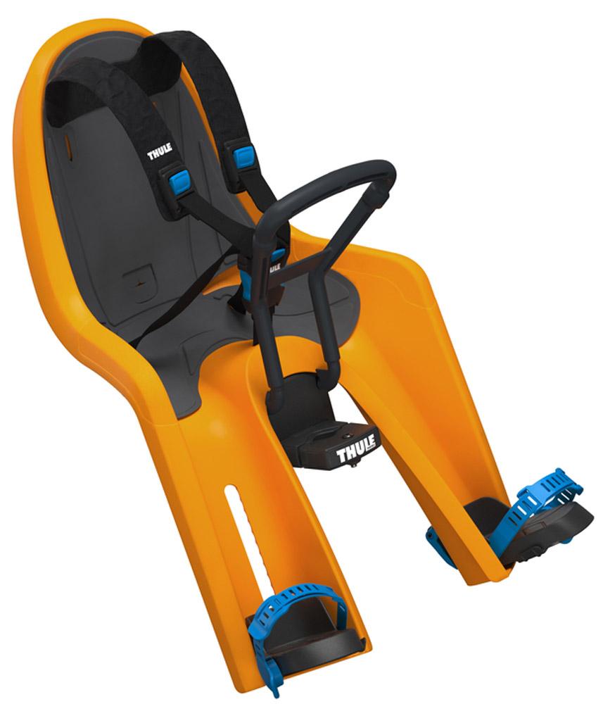 Сидение велосипедное детское Thule Ride Along Mini, на раму, цвет: оранжевый100105Удобное и износостойкое переднее велосипедное сидение Thule RideAlong Mini позволит вашему ребенку наслаждаться окружающим пейзажем и обеспечит вам безопасные и приятные поездки.Мягкие ремни безопасности с надежным регулируемым 5-точечным креплением обеспечивают максимальный комфорт и безопасность для ребенка. Регулируемые одной рукой ремни и опоры для ног просты в использовании и регулируются по мере роста ребенка. Универсальная быстросъемная опора, которая подходит для нерегулируемого и регулируемого выноса руля, позволяет закреплять/снимать сиденье на вашем велосипеде за считанные секунды. Встроенный в универсальную быстросъемную опору индикатор безопасности гарантирует правильную установку сидения. Оснащенный защитой от детей ремень с большими кнопками быстро фиксирует ребенка. Во время езды ваш ребенок может держаться руками за мягкую поверхность руля. Съемная водонепроницаемая прокладка подходит для машинной стирки; прокладка двусторонняя, две стороны оформлены разным цветом. Запирается при помощи системы Thule One Key System, использующей один ключ (замок включен в комплект поставки). Разработано и протестировано для детей от 9 месяцев* до 3 лет, весом до 15 кг. (*Обратитесь к педиатру, если ребенку менее 1 года). Соответствует строгим стандартам безопасности (DIN EN 14344); одобрено TUV.