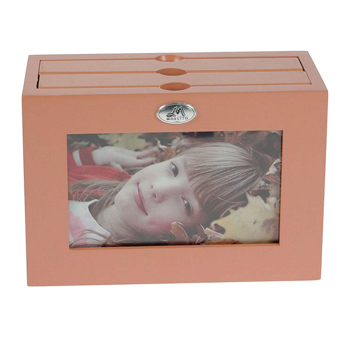 Архивный фотоальбом Moretto, на 48 фото, 10 x 15 см. 13800212723Оригинальный архивный фотоальбом Moretto, рассчитанный на 48 фотографий, выполнен в виде деревянного бокса. Бокс содержит 2 альбома, каждый из которых рассчитан на 24 фотографии форматом 10 х 15 см, а также имеет отверстие для центральной фотографии.Такой архивный альбом станет достойным украшением вашего интерьера и будет уникальным подарком вашим друзьям.