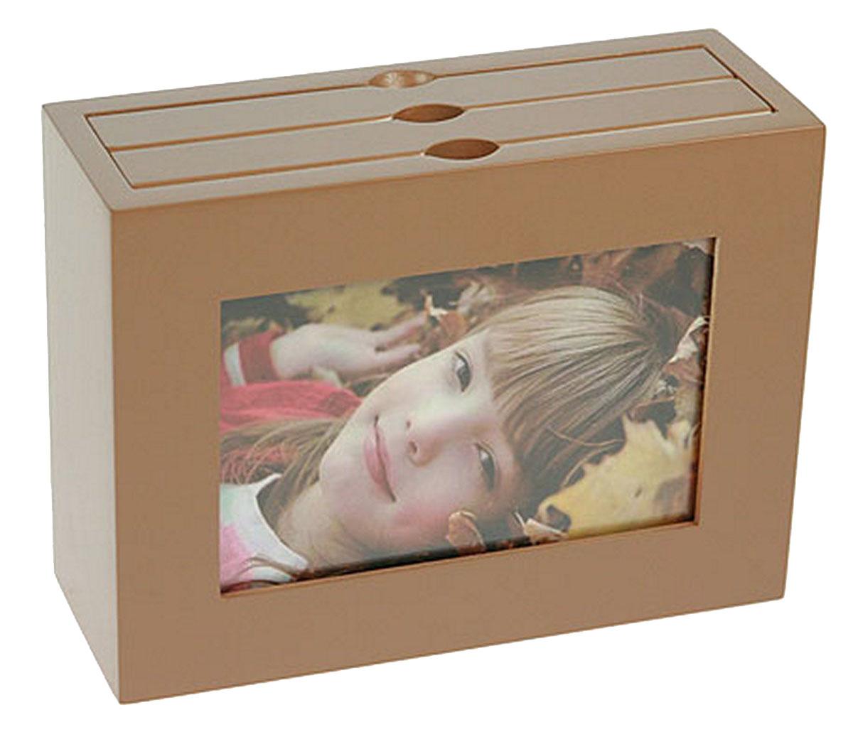 Архивный фотоальбом Moretto, на 48 фото, 10 x 15 см. 13804712584 WF-1073/584_оранжевыйОригинальный архивный фотоальбом Moretto, рассчитанный на 48 фотографий, выполнен в виде деревянного бокса. Бокс содержит 2 альбома, каждый из которых рассчитан на 24 фотографии форматом 10 х 15 см, а также имеет отверстие для центральной фотографии.Такой архивный альбом станет достойным украшением вашего интерьера и будет уникальным подарком вашим друзьям.