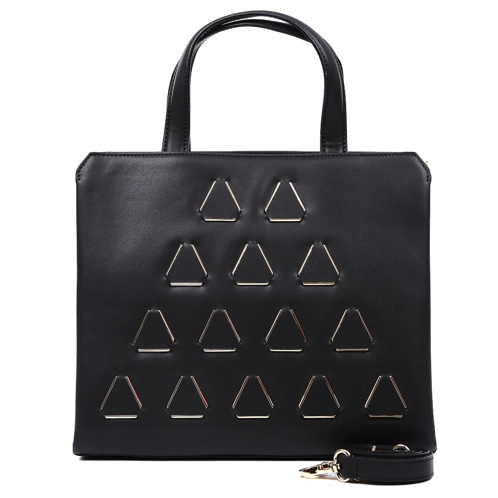 Сумка женская Leo Ventoni, цвет: черный. 23004453S76245Изысканная сумка от итальянского бренда Leo Ventoni выполнена из натуральной плотной кожи, которая держит форму и имеет невероятно мягкую фактуру. Классический черный цвет и элегантный дизайн в виде выпуклых треугольников превратили аксессуар в настоящий роскошный шедевр, который подойдет под любой стиль и станет дополнением любого образа. Внутри находятся два кармана, один из которых закрывается на молнию. Сумка с легкостью вмещает формат А4. В комплект входит удобный наплечный ремень с помощью, которого вы станете самой яркой и модной в любой кампании.