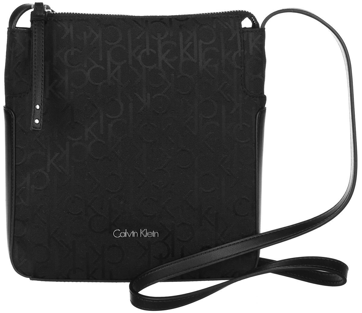 Сумка женская Calvin Klein Jeans, цвет: черный. K60K602236_0010A16-11101_325Стильная сумка Calvin Klein не оставит вас равнодушной благодаря своему дизайну и практичности. Она изготовлена из качественного хлопка с элементами из искусственной кожии оформлена фирменным принтом. Лицевая часть оформлена металлической пластинкой с названием бренда. Сумка оснащена удобным плечевым ремнем, длина которого регулируетсяс помощью пряжки. Изделие закрывается на удобную молнию. Внутри расположено главное отделение, которое содержит открытый накладной карман для мелочей.Такая удобная и модная сумка станет незаменимой вещью в вашем гардеробе.