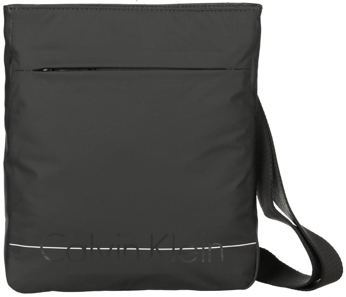 Сумка мужская Calvin Klein Jeans, цвет: хаки. K50K502044_3130A16-42010_205Стильная сумка Calvin Klein не оставит вас равнодушным благодаря своему дизайну. Она изготовлена из качественного полиуретана и оформлена надписью с названием бренда. На лицевой стороне расположен вшитый карман на молнии. Тыльная сторона дополнена текстильной противоударной вставкой. Сумка оснащена удобным плечевым ремнем, длину которого можно регулировать с помощью пряжки. Изделие закрывается на удобную молнию. Внутри расположено главное отделение, которое содержит один открытый накладной карман. Такая сумка станет незаменимой вещью в вашем гардеробе.