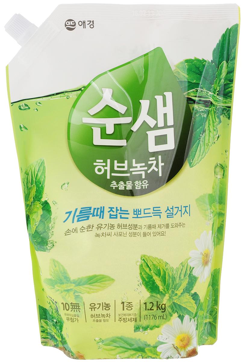 Средство для мытья посуды Soonsaem Зеленый чай, 1,2 л103051Моющее средство Soonsaem Зеленый чай обладает очищающим эффектом благодаря содержанию природных очищающих компонентов. Благодаря системе «Эко-Мульти ПАВ» с сапонинами зеленого чая, средство превосходно справляется со всеми загрязнениями, в том числе с застывшим жиром. Зеленый чай и тщательно подобранные травы защищают кожу рук, воздействуют на нее успокаивающе, удаляют жир с посуды, а молочко бамбука увлажняет кожу после мытья посуды. Благодаря специальной системе (отсутствие в составе антисептического средства, отсутствие красящего вещества и фосфорной кислоты) средство безопасно для человека и окружающей среды. Моющее средство можно использовать для мытья овощей и фруктов, что является несомненным достоинством.Товар сертифицирован.