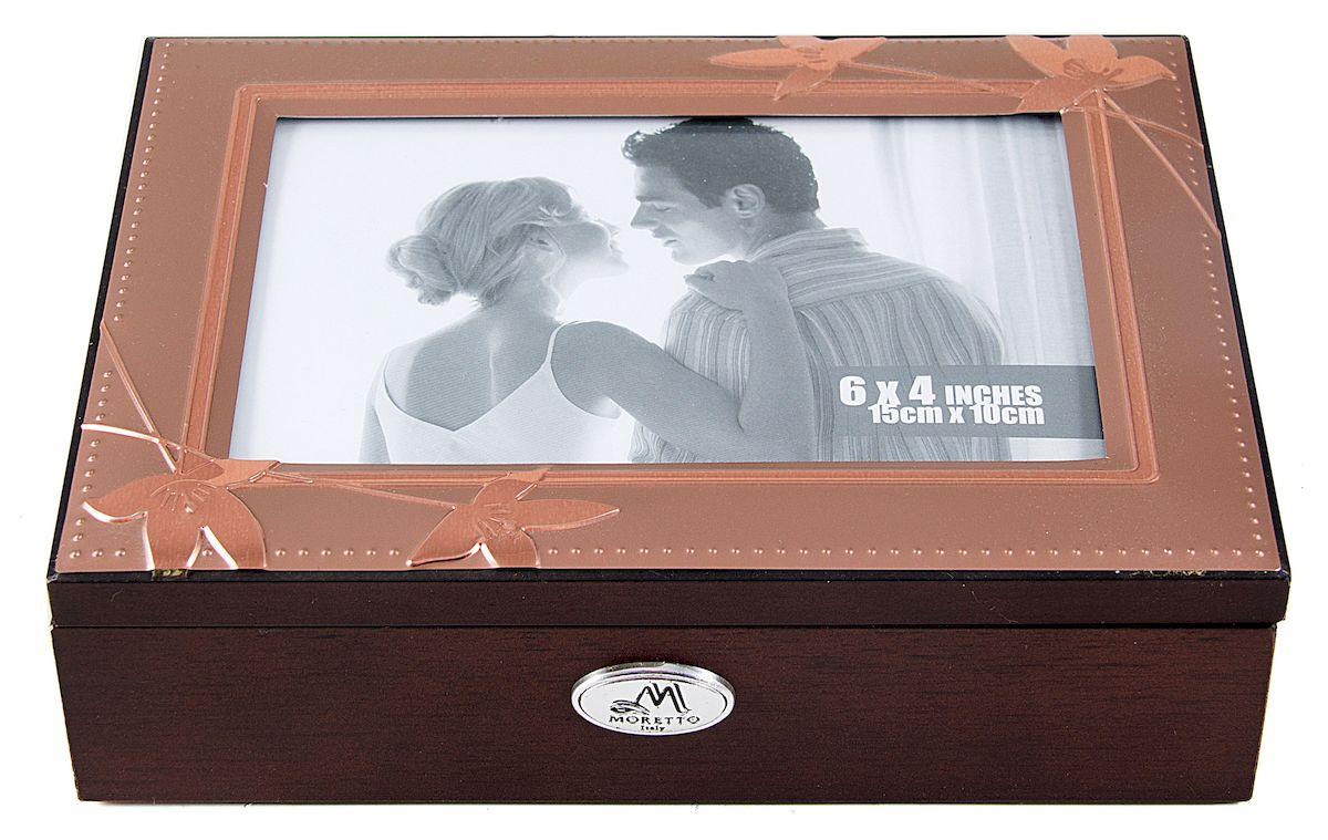 Шкатулка-фоторамка для ювелирных украшений Moretto, 18 х 13 х 5 см. 139600a030041Шкатулка Moretto станет идеальным обрамлением для вашей коллекции украшений, заставляя заиграть ее новыми красками. Шкатулка выполнена в классическом стиле. Крышка оформлена фоторамкой. Одноярусная схема исполнения и зеркало, скрывающееся под крышкой, позволит вам провести немало приятных минут, примеряя свои драгоценности.Размеры шкатулки: 18 х 13 х 5 см.