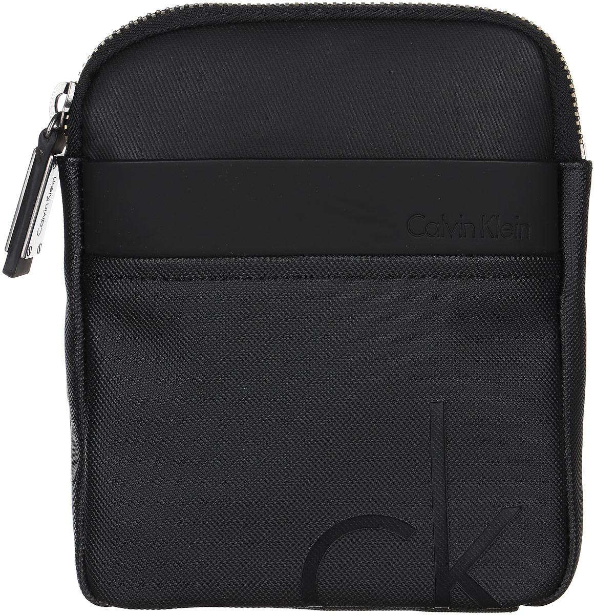 Сумка мужская Calvin Klein Jeans, цвет: черный. K50K501593_0010K50K501593_0010Стильная сумка Calvin Klein не оставит вас равнодушным благодаря своему дизайну. Она изготовлена из ПВХ и оформлена тисненой надписью с названием бренда. На лицевой стороне расположен накладной открытый карман. Сумка оснащена удобным плечевым ремнем, длину которого можно регулировать с помощью пряжки. Изделие закрывается на удобную молнию. Внутри расположено главное отделение, которое содержит один открытый накладной карман и вшитый карман на молнии. Такая модная сумка займет достойное место в вашем гардеробе.