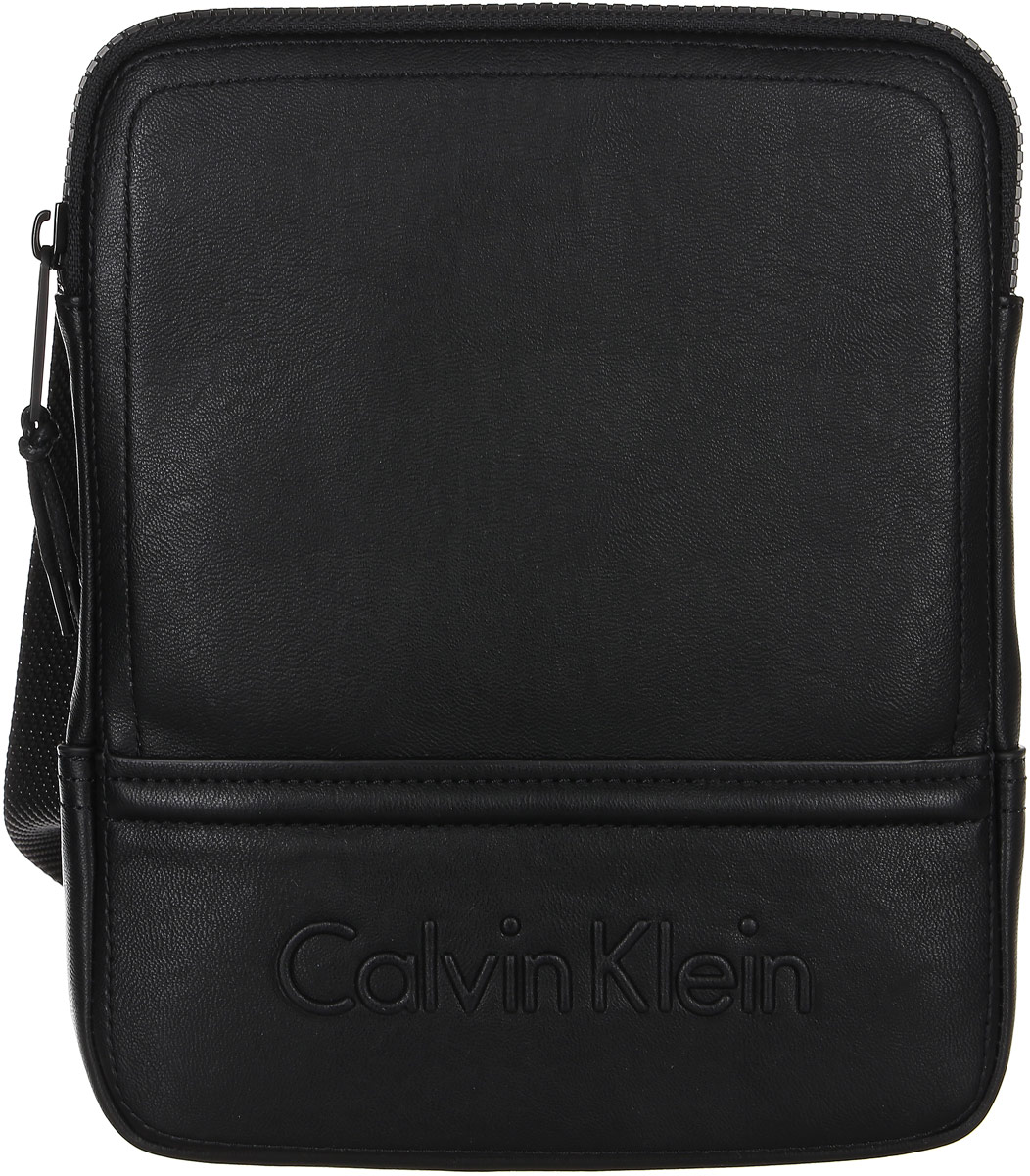 Сумка мужская Calvin Klein Jeans, цвет: черный. K50K502153_0010967-637T-17s-01-42Стильная мужская сумка Calvin Klein не оставит вас равнодушным благодаря своему дизайну. Она изготовлена из качественной искусственной кожи и оформлена тиснением с названием бренда. Сумка оснащена удобным широким плечевым ремнем, длину которого можно регулировать с помощью пряжки. Изделие закрывается на удобную молнию. На тыльной стороне расположен накладной открытый карман для мелочей. Внутри расположено главное отделение, которое содержит удобный накладной карман. Такая модная и практичная сумка станет незаменимым аксессуаром в вашем гардеробе.