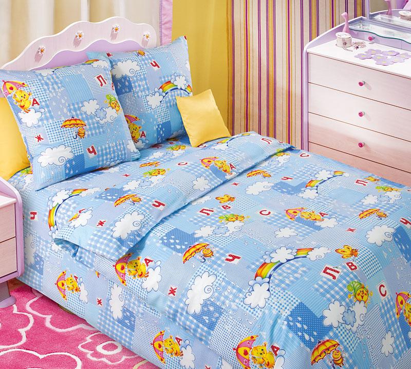 Комплект белья Текс-Дизайн Радуга 1, 1,5-спальный, наволочки 70x70Z-0307Радуга – это качественное бязевое постельное белье для самых маленьких, выполненное в голубом цвете и украшенное изображениями, милыми для детских сердец. Облако и идущий из него дождик образуют разноцветную радугу. Улыбающееся солнышко, пчелки с зонтиком и бабочки, которые помогут вашему малышу выучить буквы – все это вы найдете на постельном белье Радуга. Бязь - хлопчатобумажная плотная ткань полотняного переплетения. Отличается прочностью и стойкостью к многочисленным стиркам. Бязь считается одной из наиболее подходящих тканей, для производства постельного белья и пользуется в России большим спросом.