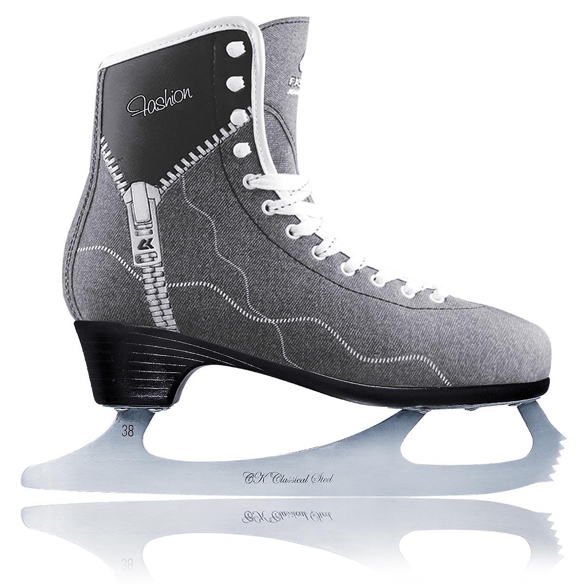 Коньки фигурные женские CK Fashion Lux Jeans, цвет: серый, черный. Размер 39PW-221Фигурные коньки от CK Fashion Lux Jeans идеально подойдут для любительского катания. Модель с высокой, плотной колодкой и усиленным задником, обеспечивающим боковую поддержку ноги, выполнена из синтетического материала на виниловой основе. Внутренняя поверхность отделана искусственным мехом. Анатомический язычок из войлока идеально облегает стопу и повышает комфорт. Стелька из упругого пенного полимерного материала EVA предназначена для быстрой адаптации ботинка к индивидуальным формам ноги и ее комфортного положения. Ботинок обеспечивает комфорт и устойчивость ноги, правильное распределение нагрузки, сильно снижает травмоопасность. Ботинок полностью обволакивает ногу, обеспечивает прочную и удобную фиксацию ноги, а также повышенную защиту от ударов. Модель фиксируется на ноге классической шнуровкой. Лезвие выполнено из нержавеющей стали, оно обладает высокой твердостью и долго держит заточку. Подошва Graceful обладает элегантным дизайном, повышенной твердостью и пониженным весом. Более высокий каблук делает ногу более изящной и стройной, а также повышает управляемость и маневренность конька.