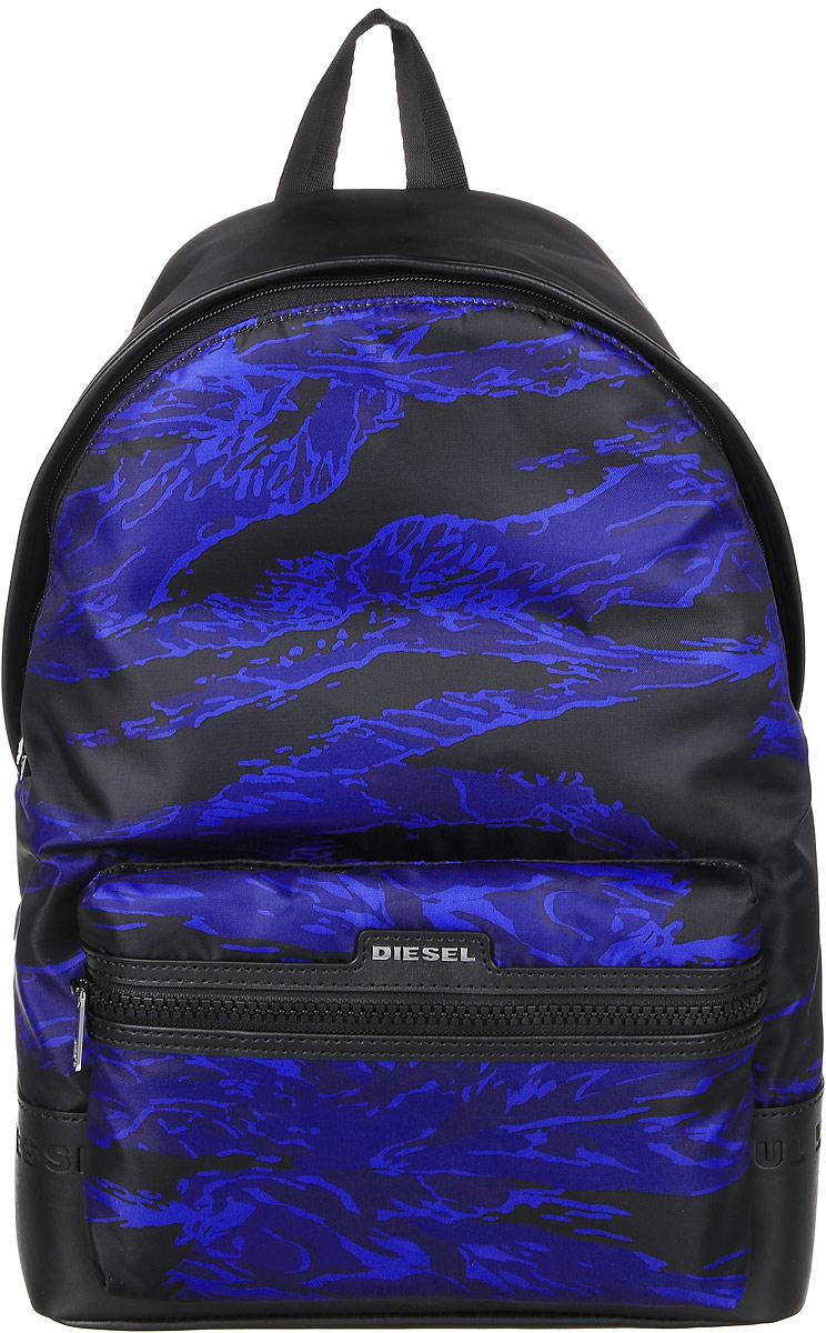 Рюкзак мужской Diesel, цвет: черный, темно-синий . X03785-P015100STA2-0LAMF/92HСтильный мужской рюкзак Diesel не оставит вас равнодушной благодаря своему дизайну и качеству. Он изготовлен из полиамида, полиэстера и ПВХ. Рюкзак оформлен оригинальным принтом. Дно рюкзака оформлено фирменным тиснением. На лицевой стороне расположен объемный карман на молнии, который оформлен металлической пластинкой с названием бренда. Изделие оснащено удобными широкими лямками, длина которых регулируется с помощью пряжек. Рюкзак закрывается на удобную молнию. Внутри расположено главное отделение, которое содержит уплотненное отделение для ноутбука, закрывающееся хлястиком на липучку. Также внутри находится открытый накладной карман, карман на липучке для мелочей и вшитый карман на молнии. Такой рюкзак станет незаменимым аксессуаром в повседневной жизни.