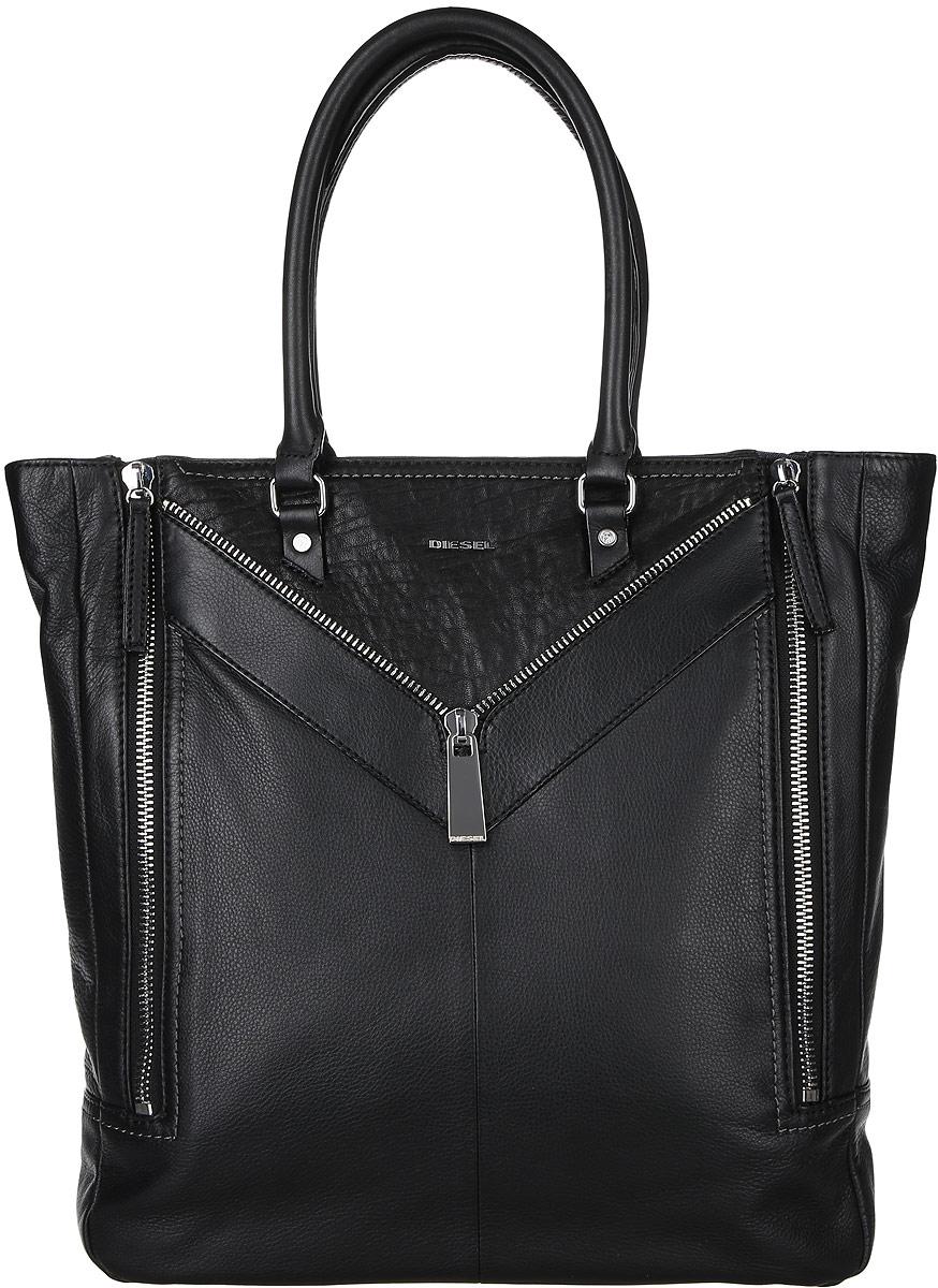 Сумка женская Diesel, цвет: черный. X04271-P0804S76245Стильная женская сумка Diesel не оставит вас равнодушной благодаря своему дизайну и качеству. Она изготовлена из натуральной кожи зернистой текстуры и оформлена декоративными нашивками с молнией. Лицевая сторона оформлена металлической пластинкой с названием бренда. Изделие может увеличиваться в объеме, благодаря молниям, которые расположены с боковых сторон. Сумка оснащена удобными ручками и закрывается на застежку-молнию. Внутри расположено вместительное отделение, которое содержит один открытый накладной карман для телефона и один вшитый карман на молнии для мелочей. Такая сумка идеальнозавершит ваш образ и станет незаменимым аксессуаром в повседневной жизни.