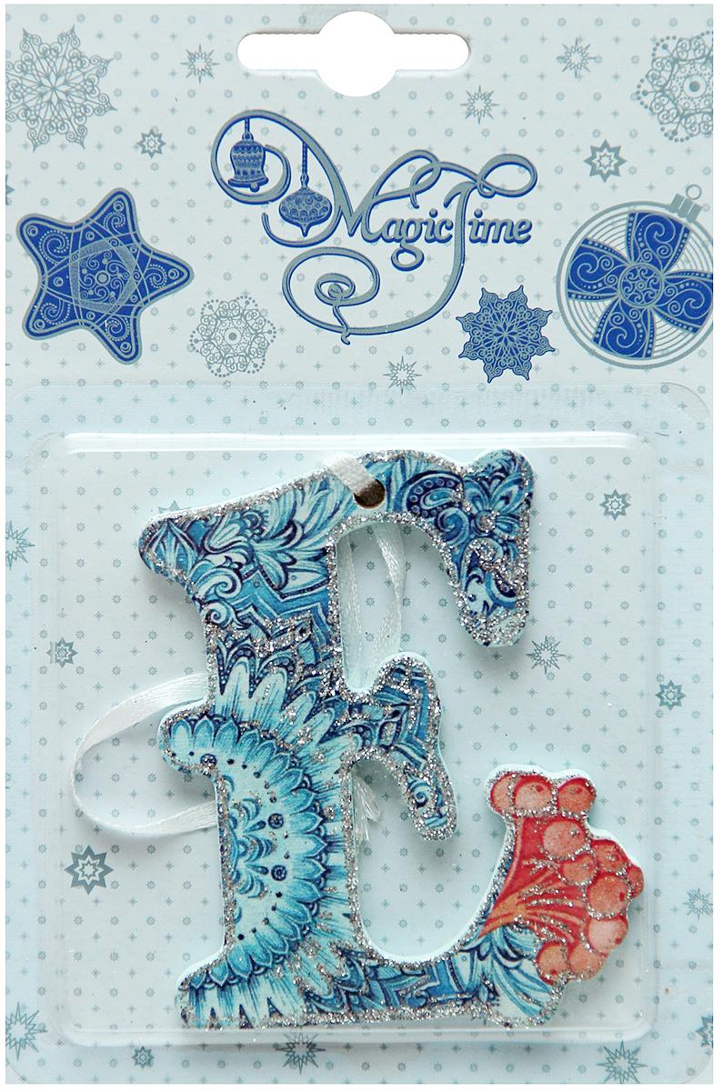 Новогоднее подвесное украшение в виде буквы Magic Time Е, 8 х 6 см. 38440C0038550Новогоднее украшение Magic Time Е отлично подойдет для оформления вашего дома и новогодней ели. Игрушка выполнена из дерева в виде буквы и декорирована ярким принтом. Украшение оснащено лентой для подвешивания. Елочная игрушка - символ Нового года. Она несет в себе волшебство и красоту праздника. Создайте в своем доме атмосферу веселья и радости, украшая всей семьей новогоднюю елку нарядными игрушками, которые будут из года в год накапливать теплоту воспоминаний.