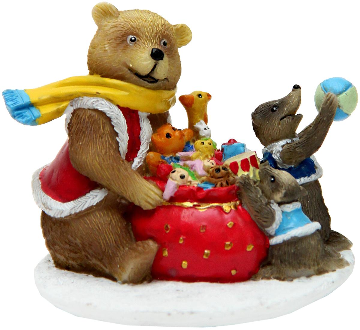 Украшение новогоднее подвесное Феникс-Презент Медвежонок и еноты, с фигуркой внутри, 11 х 12 х 9,5 см1.645-504.0Новогоднее подвесное украшение Феникс-Презент Медвежонок и еноты изготовлено из полирезины и стекла. Изделие выполнено в виде шара с фигуркой внутри. С помощью специальной петельки украшение можно повесить в любом понравившемся вам месте. Но, конечно, удачнее всего оно будет смотреться на праздничной елке.Елочная игрушка - символ Нового года. Она несет в себе волшебство и красоту праздника. Создайте в своем доме атмосферу веселья и радости, украшая новогоднюю елку нарядными игрушками, которые будут из года в год накапливать теплоту воспоминаний.