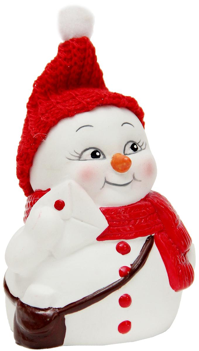 Фигурка новогодняя Magic Time Снеговик-почтальон, высота 8 см41662Новогодняя декоративная фигурка Magic Time Снеговик-почтальон прекрасно подойдет для праздничного декора вашего дома. Сувенир изготовлен из керамики в виде забавного снеговика. Такая оригинальная фигурка красиво оформит интерьер вашего дома или офиса в преддверии Нового года. Создайте в своем доме атмосферу веселья и радости, украшая его всей семьей красивыми игрушками, которые будут из года в год накапливать теплоту воспоминаний.