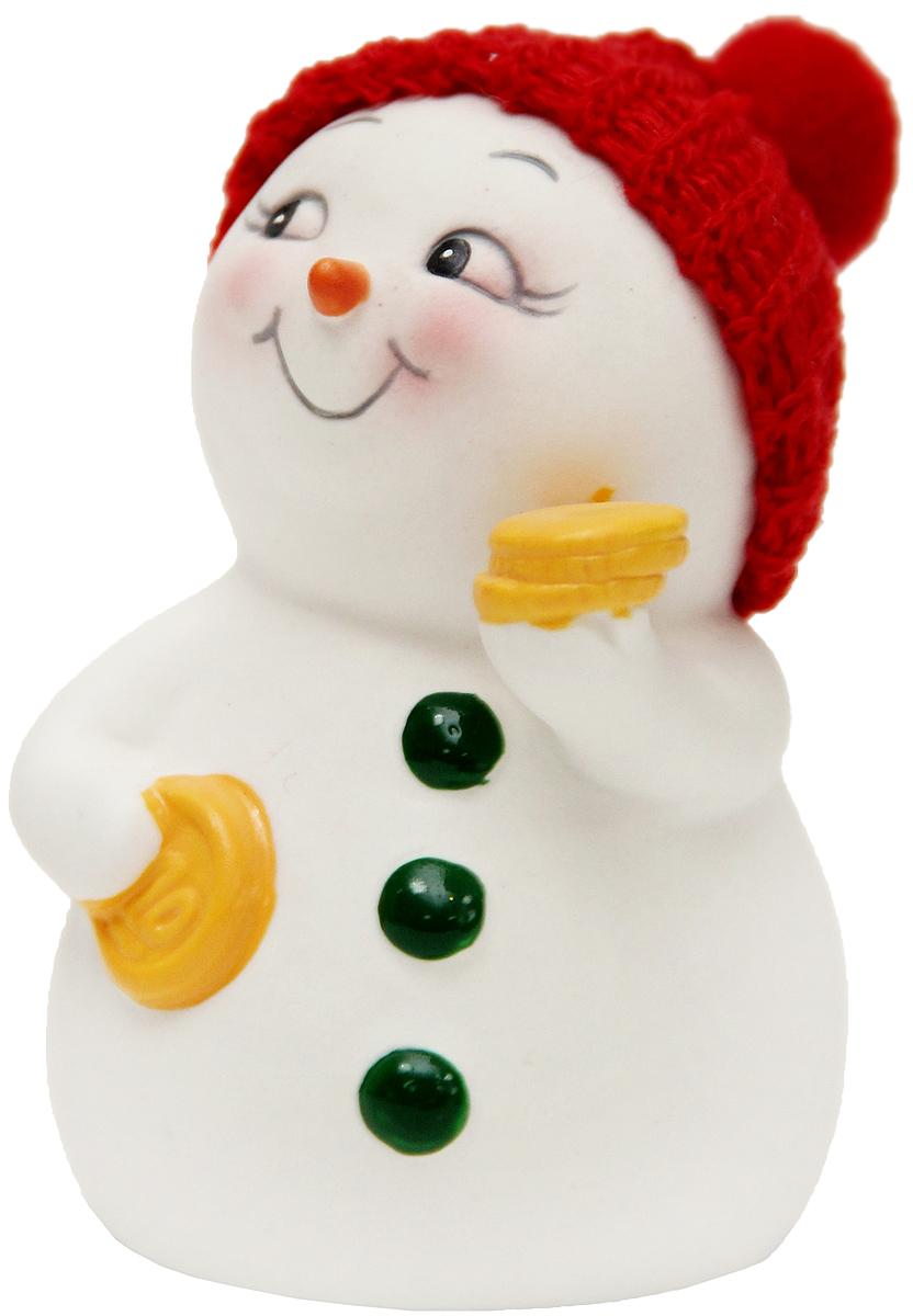 Фигурка новогодняя Magic Time Снеговик с монетами, высота 8 см74903Новогодняя декоративная фигурка Magic Time Снеговик с монетами прекрасно подойдет для праздничного декора вашего дома. Сувенир изготовлен из керамики в виде забавного снеговика. Такая оригинальная фигурка красиво оформит интерьер вашего дома или офиса в преддверии Нового года. Создайте в своем доме атмосферу веселья и радости, украшая его всей семьей красивыми игрушками, которые будут из года в год накапливать теплоту воспоминаний.