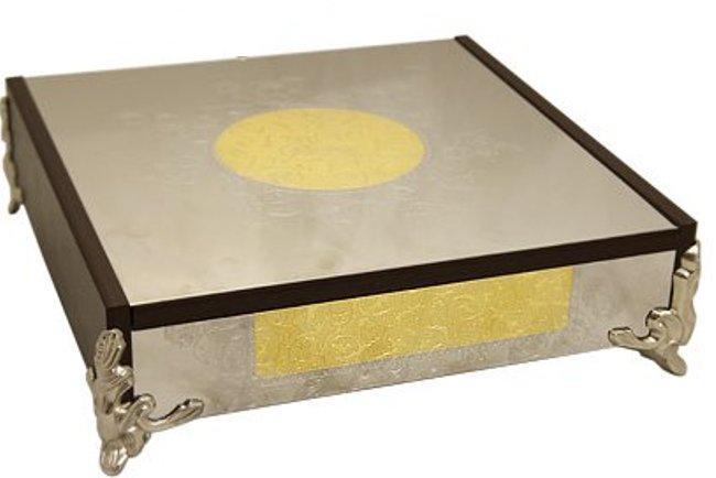 Шкатулка Giorinox Dubai Gold/Silver, 28 х 28 х 8 смFS-80418Шкатулка Giorinox Dubai Gold/Silver изготовлена из нержавеющей стали марки 18/10, отполированной до зеркального блеска. Изделие декорировано изысканным орнаментом в восточном стиле и золотом 24 карата, имеет красивые рельефные ножки. Такая шкатулка идеально подойдет для хранения драгоценностей и других драгоценных вещей. Шкатулка Giorinox Dubai Gold/Silver прекрасно впишется в интерьер помещения, будь то спальня, гостиная или кабинет. Благодаря изысканному дизайну и качеству исполнения изделие станет прекрасным подарком к любому случаю.