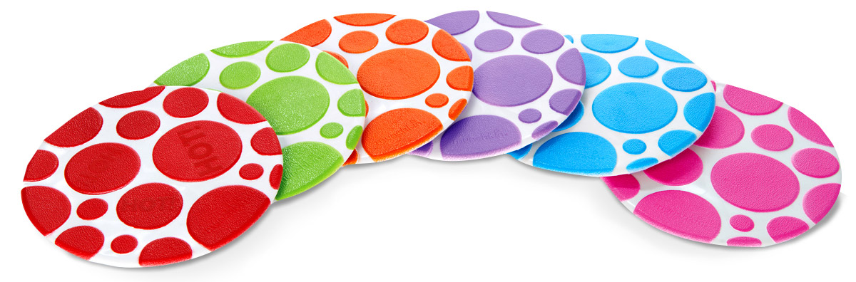 Munchkin Набор ковриков для ванны 6 шт 11196_вид 297526Набор ковриков для ванны Munchkin включает в себя шесть цепких текстурированных ковриков-накладок разных цветов. Коврики прекрасно помогают предотвратить скольжение в ванне и имеют функцию White Hot Technology, с помощью которой коврики предупреждают, что вода становится слишком горячей. Коврики круглой формы крепко присасываются к поверхности ванной, они легко чистятся, их можно размещать в любых точках ванной, там, где они наиболее необходимы. Коврики для ванной Munchkin делают жизнь родителей легче!