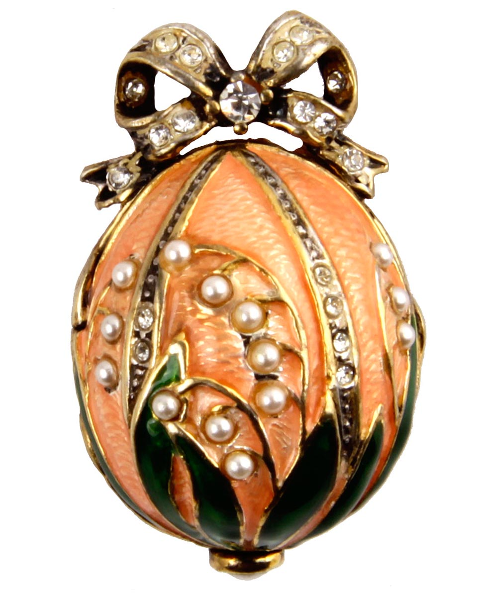 Кулон с часами Ландыши. Металл, эмаль, жемчуг, австрийские кристаллы, House of Faberge. Конец XX векаБрошь-кулонКулон с часами Ландыши. Металл, эмаль, жемчуг, австрийские кристаллы. Западная Европа, Фаберже, конец XX века.Размер кулона 3 х 2 см, длина цепочки 48,5 см. Сохранность хорошая.Очень нежный кулон выполнен в виде яйца с изображением стеблей ландыша. Поверхность яйца покрыта розовой эмалью, цветы ландыша сделаны из белых искусственных жемчужин. Около петли для подвески помещен небольшой бант, украшенный прозрачными стразами.Внутри кулона помещены небольшие часики.