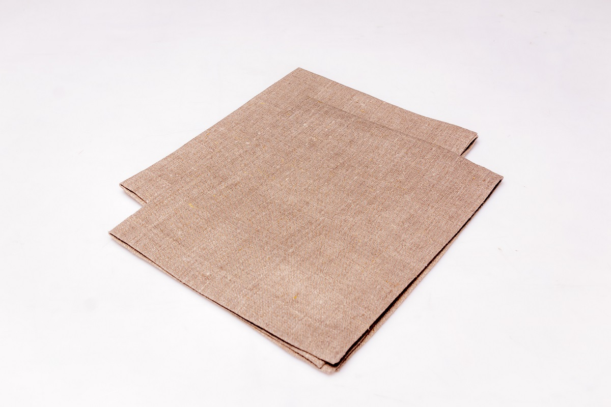 Салфетка сервировочная Гаврилов-Ямский Лен, 40x50 см. 10со2967VT-1520(SR)Классическая сервировочная салфетка из натурального льна.Лён - поистине, уникальный природный материал, экологичнее которого сложно придумать. История льна восходит к Древнему Египту: в те времена одежда из льна считалась достойной фараонов! На Руси лён возделывали с незапамятных времен - изделия из льняной ткани считались показателем достатка, а льняная одежда служила символом невинности и нравственной частоты. Изделия из льна обладают уникальными потребительскими свойствами: льняное постельное белье даст вам ощущение прохлады в жаркую ночь и согреет в холода, скатерти из натурального льна придадут вашему дому уют и тепло натурального материала, а льняные полотенца порадуют вас невероятно долгим сроком службы на вашей кухне!
