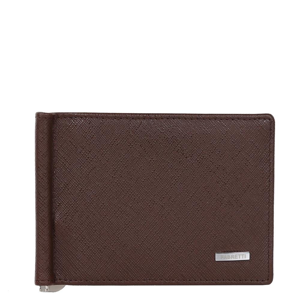 Зажим для денежных банкнот мужской Fabretti, цвет: темно-коричневый. 32006BM8434-58AEКлассический мужской кошелек от итальянского бренда Fabretti выполнен из натуральной сафьяновой мягкой кожи. Изысканный кофейный цвет и фурнитура, выполненная в серебряном цвете, превратили аксессуар в модное изделие, которое подчеркнет ваше уникальное чувство стиля. Внутри находится 1 отделение для купюр. Вы с легкостью сможете расположить 8 дисконтных и кредитных карточек, а также всю мелочь с помощью удобного кармана на тыльной стороне модели. Кошелек закрывается на прочную застежку.