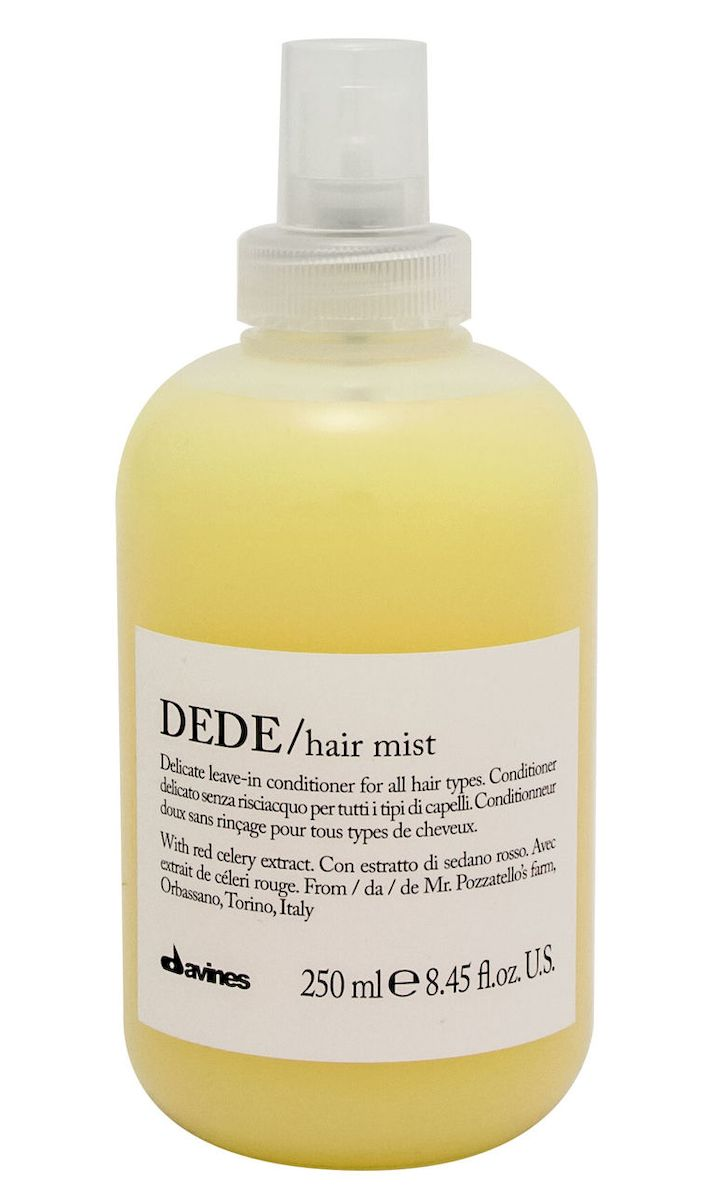 Davines Деликатный несмываемый кондиционер-спрей Essential Haircare New Dede Hair Mist, 250 млFS-00897Особая серия для бережного очищения волос любого типа. Активный экстракт красного сельдерея восстанавливает и питает локоны. Богатая важными антиоксидантами формула восстанавливает локоны. Минеральные соли, амино кислоты в высокой концентрации обеспечивают благоприятное воздействие на кудри, полностью очищают волосы, дарят им свежесть и чистоту.Применение: Также идеален для использования в качестве лосьона перед стрижкой или для выравнивания пористости волос перед техническими процедурами (химической завивкой, выпрямлением или окрашиванием). Нанести на подсушенные полотенцем волосы после использования шампуня. Перейти к желаемому стайлингу. Семейство DEDE объединяет в себе деликатные продукты для ежедневного использования, которые подойдут для любого типа волос. Средства DEDE содержат экстракт красного сельдерея из Орбассано, выращенного в рамках программы Slow Food Presidium. Формула, насыщенная минеральными солями, оказывает на волосы реминерализующее воздействие.История красного сельдерея из Орбассано началась в 17-м веке, когда Анн Мари Орлеанская, герцогиня Савойская, привезла пурпурный сельдерей из города Тур, что во Франции. Этот сорт был более вкусным и нежным, чем сельдерей, выращенный в Пьемонте. Через несколько лет французский пурпурный сельдерей отлично прижился в огородах, окружающих Турин, и обрел характерный красный цвет стеблей. Поставщик красного сельдерея - ферма синьоров Джанкарло и Дориано Поццателло из Орбассано, провинция Турин.