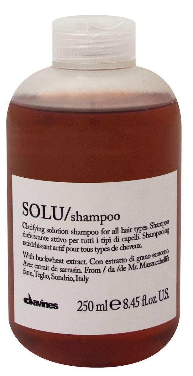 Davines Активно освежающий шампунь для глубокого очищения волос Essential Haircare New Solu Shampoo, 250 мл1058Особая серия для очищения волос любого типа. Активный экстракт гречихи восстанавливает и питает локоны. Богатая важными антиоксидантами формула защищает локоны. Минеральные соли, амино кислоты, серин, цинк и железо в высокой концентрации обеспечивают благоприятное воздействие на кудри, полностью очищают волосы, дарят им свежесть. Шампунь удаляет остатки стайлинговых средств с кожи головы. Рекомендуется использовать перед химической завивкой или перед разглаживанием.