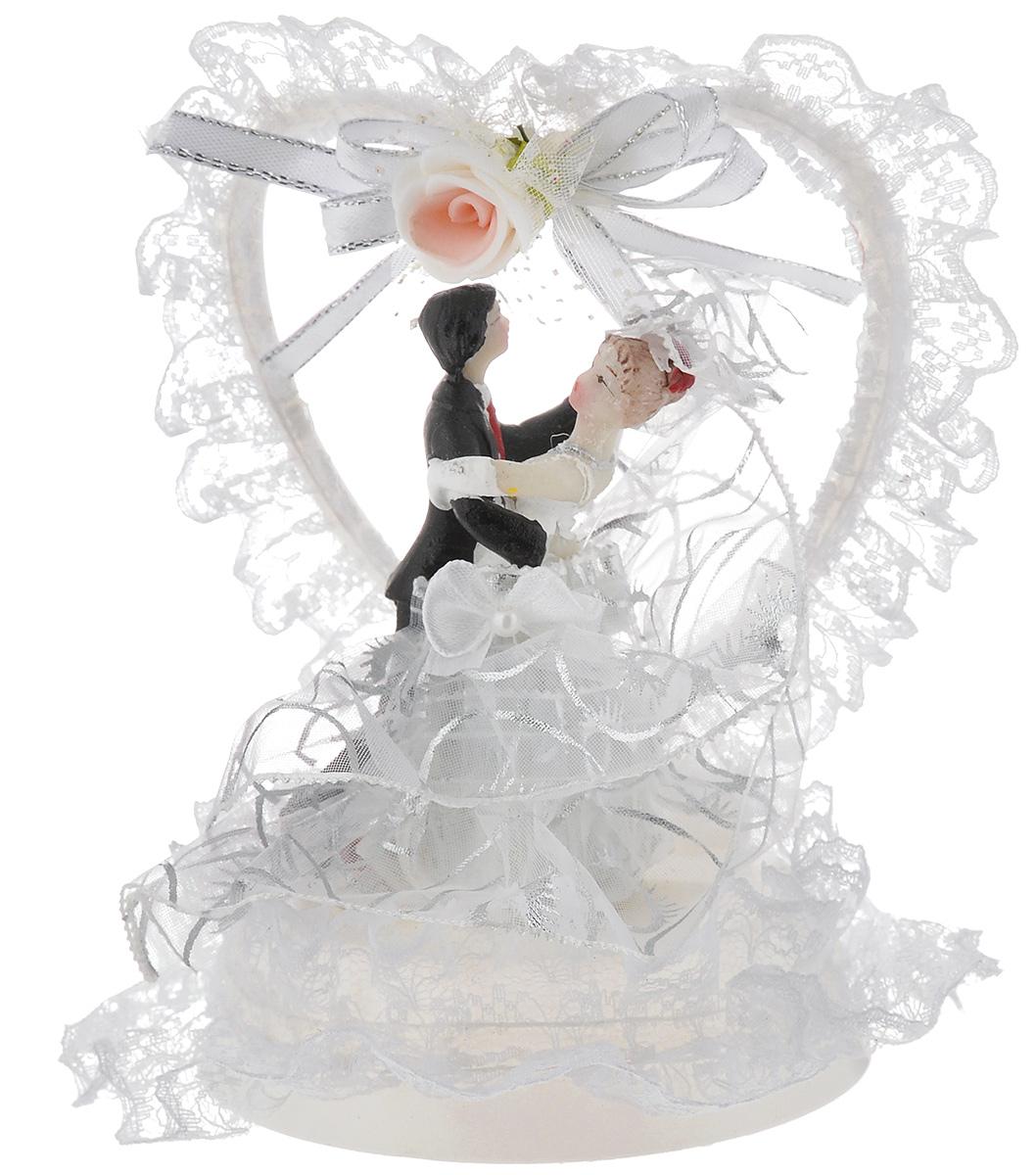 Фигурка декоративная Win Max Жених и невеста, 14 см38574Декоративная фигурка Win Max Жених и невеста изготовлена из полистоуна и текстиля. Изделие представляет собой круглую подставку с фигурками жениха и невесты, украшенных тесьмой. Такая фигурка идеально впишется в свадебный интерьер и будет радовать вас своим видом в самый важный день в вашей жизни.Высота фигурки: 14 см.