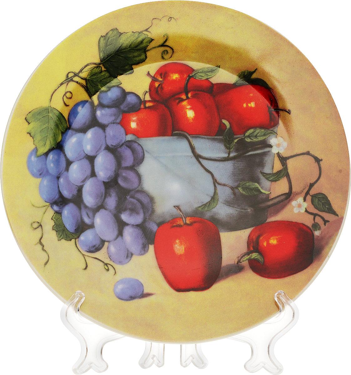 Тарелка декоративная Натюрморт с яблоками, диаметр 18 см54 009312Декоративная тарелка Натюрморт с яблоками станет достойным украшением вашего интерьера. Сувенирная тарелка выполнена из фарфора, декорирована оригинальным красочным рисунком. В комплект с тарелкой входит пластиковая подставка. Тарелка сочетает в себе изысканный дизайн и красочность оформления, которая придется по вкусу и ценителям классики, и тем, кто предпочитает утонченность и изящность. А также такая тарелка послужит хорошим подарком, для людей, ценящих красивые и оригинальные вещи. Характеристики:Материал:фарфор. Диаметр тарелки: 18 см. Размер упаковки: 18 см х 18 см х 3 см. Изготовитель: Китай. Артикул: 515-477.