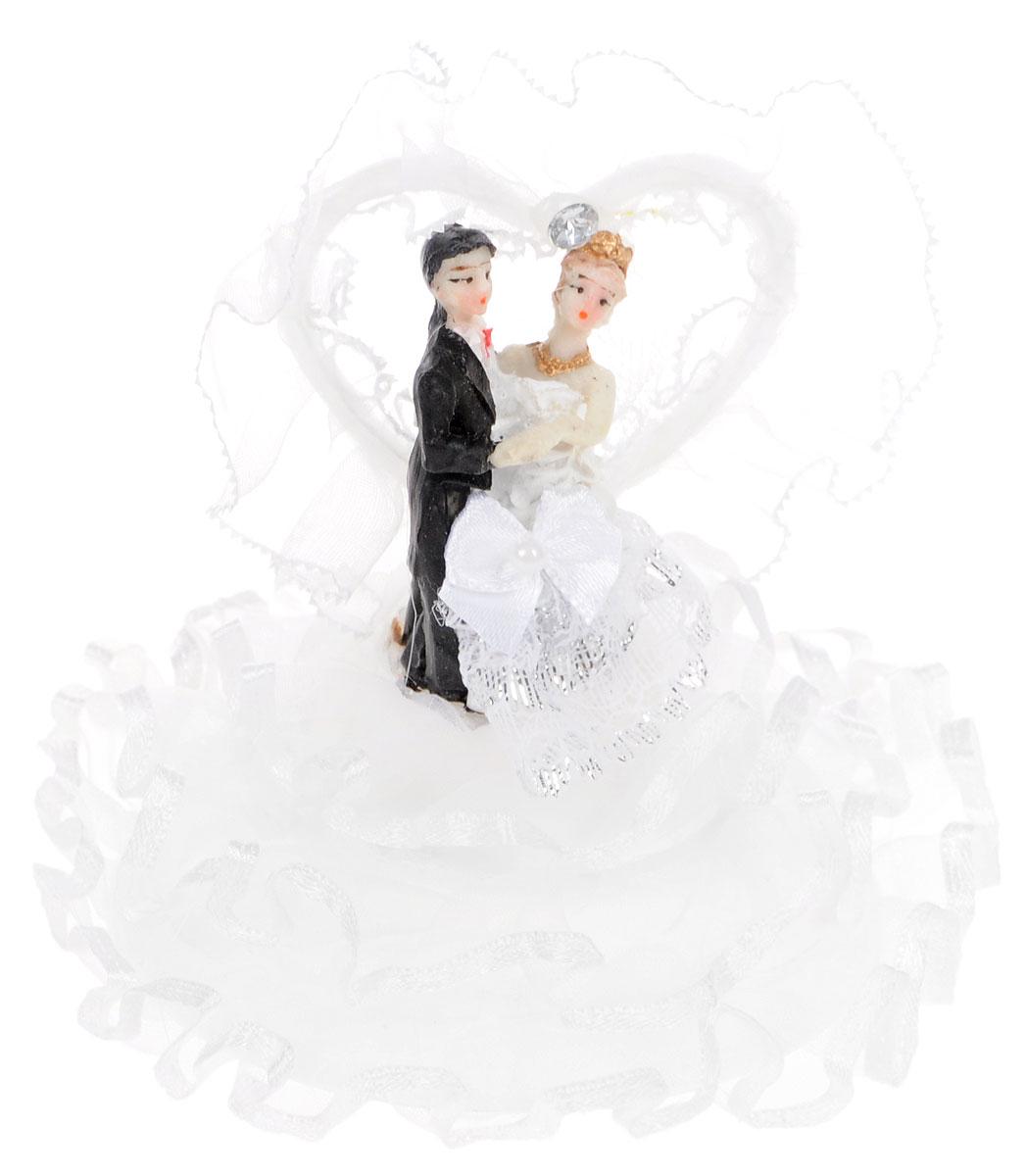 Фигурка декоративная Win Max Жених и невеста, высота 11 см. 2790238617Декоративная фигурка Win Max Жених и невеста изготовлена из полистоуна и текстиля. Изделие представляет собой круглую подставку с фигурками жениха и невесты, украшенных тесьмой и стразами. Такая фигурка идеально впишется в свадебный интерьер и будет радовать вас своим видом в самый важный день в вашей жизни.Высота фигурки: 11 см.
