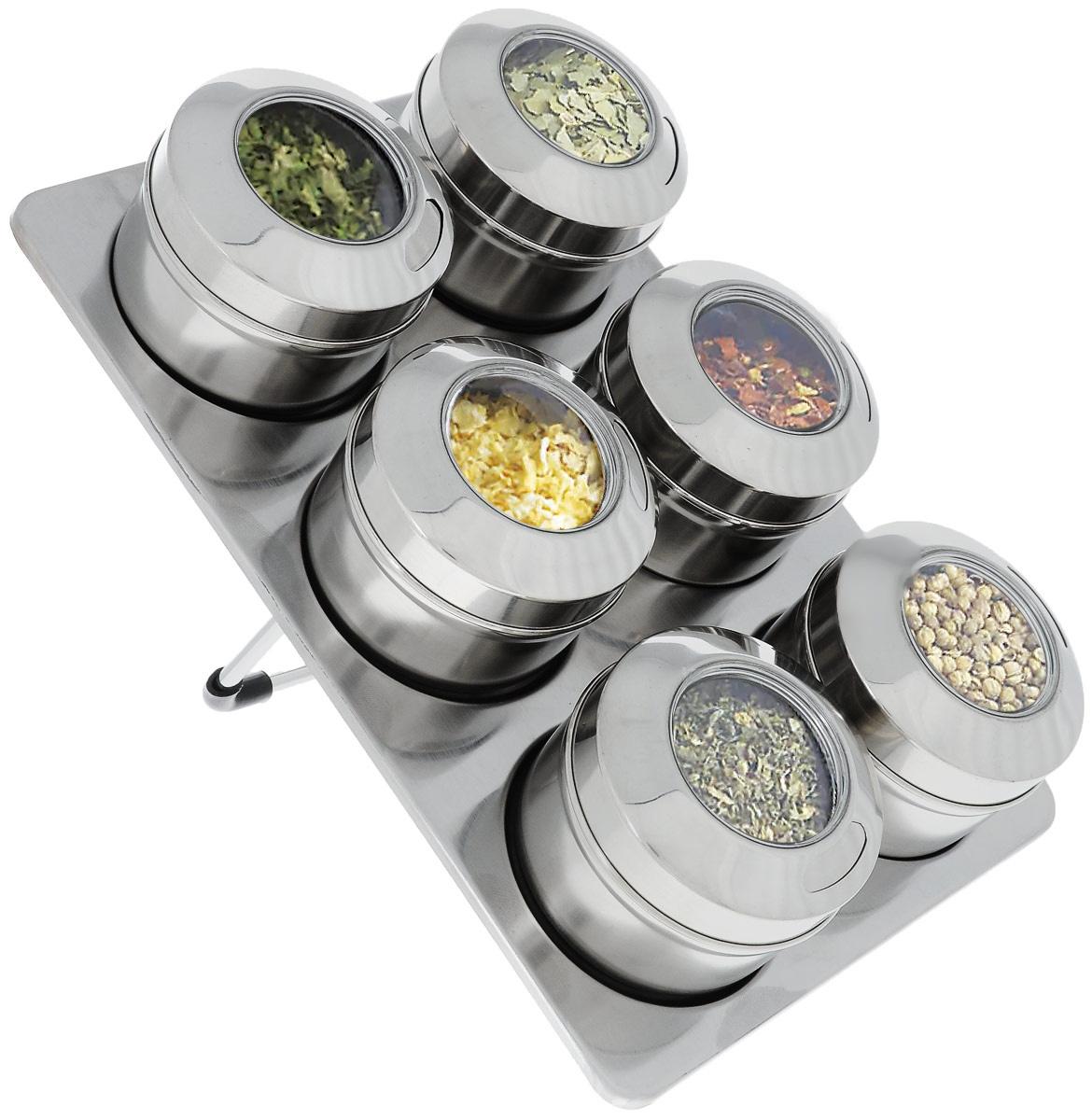 Набор для специй SinoGlass, на подставке, 7 предметовVT-1520(SR)Набор SinoGlass состоит из 6 емкостей, предназначенных для хранения наиболее часто используемых специй и приправ. Изделия выполнены из нержавеющей стали. Крышки оснащены прозрачными стеклянными окошками, благодаря которым видно, что внутри. Каждая баночка имеет два вида отверстий: большое отверстие, которое позволяет высыпать большое количество специй, и маленькие отверстия, чтобы немного приправить блюдо. Для набора предусмотрена магнитная подставка, которая устанавливается под наклоном. Сзади имеется ножка с резиновой вставкой. Такой набор стильно дополнит интерьер кухни и станет незаменимым помощником в приготовлении ваших любимых блюд.Высота емкости (с крышкой): 4,5 см. Диаметр емкости (по верхнему краю): 6,2 см. Размер подставки: 15,5 х 23 см.