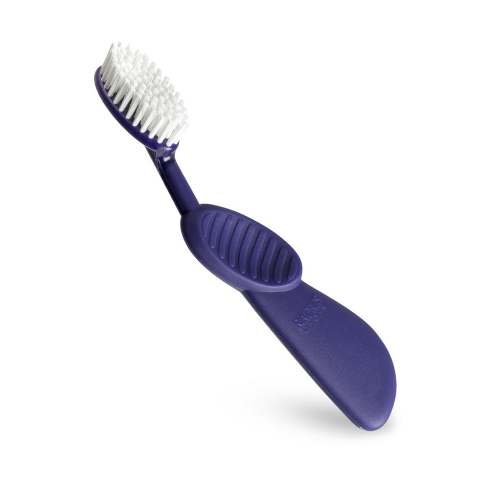 Radius, Зубная щетка для взрослых Scuba/ Toothbrush Scuba / фиолетовая с белой щетиной для правшейFMS-101В три раза больше очень тонких щетинок с широким овальным форматом, мягко массажирует десны. Изогнутая резиновая ручка поглощает избыточное давление чистки. Раздельное расположение щетинок, чтобы избежать эрозии зубов. Правосторонняя или левосторонняя эргономичная ручка обеспечивает рекомендованный стоматологами угол расположения щетки относительно зубов 45°. Широкий спектр - чистка зубов и массаж десен одновременно.